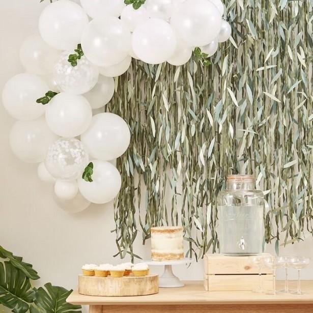 arche de ballons blancs avec feuillage botanique